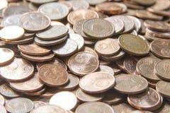 Imagen del primer de monedas euro rojas sobre el fondo blanco No isola Fotos de archivo