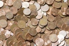 Imagen del primer de monedas euro rojas sobre el fondo blanco No isola Imagen de archivo libre de regalías