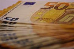 Imagen del primer de un manojo de billetes de banco que representan una gran cantidad de euros imagen de archivo libre de regalías