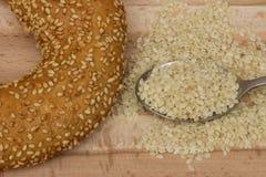 Imagen del primer de un pan del panecillo con las semillas de sésamo en cuchara fotografía de archivo
