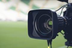 Imagen del primer de una cámara de televisión profesional antes imagen de archivo libre de regalías