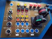 Imagen del primer de una consola de la navegación a bordo de un buque mercantil imagen de archivo