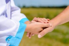 Imagen del primer del apretón de manos entre el doctor y Foto de archivo