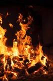 Imagen del primer del fuego de registros ardientes de maderas Fotografía de archivo libre de regalías