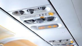 Imagen del primer del panel de control con las muestras de la emergencia y sistema del acondicionador de aire en aeroplano modern fotografía de archivo
