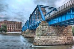 Imagen del puente azul en un día nublado Fotos de archivo