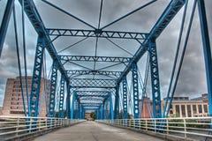 Imagen del puente azul en un día nublado Fotografía de archivo