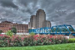 Imagen del puente azul en un día nublado Imágenes de archivo libres de regalías