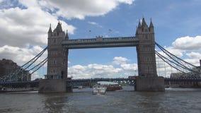 Imagen del puente de la torre de Londres de un viaje con un barco turístico en el río Támesis