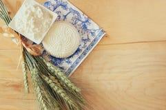 Imagen del queso griego, del queso búlgaro y de la leche en la tabla de madera sobre fondo rústico del vintage Símbolos del día d foto de archivo