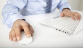 Imagen del ratón conmovedor y del clave del ordenador de la mano masculina Foto de archivo