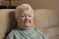 Imagen del retrato de una mujer mayor que se sienta dentro Foto de archivo libre de regalías