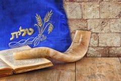 Imagen del shofar (cuerno) y del caso del rezo con el talit de la palabra (rezo) escrito en él Sitio para el texto concep del has fotos de archivo