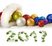 Imagen del sombrero de Santa Claus y de las decoraciones rojos de la Navidad Imagen de archivo libre de regalías