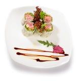 Imagen del sushi adornada con lechuga Foto de archivo