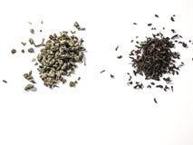 Imagen del té verde y negro en el fondo blanco fotos de archivo