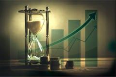 Imagen del tiempo y del concepto del dinero - enarene el reloj y imagenes de archivo