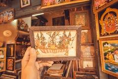 Imagen del vintage con escena histórica y héroes en marco en mercado de pulgas Foto de archivo