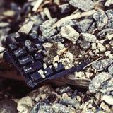 Imagen del vintage sobre el teclado quebrado en la basura Fotografía de archivo