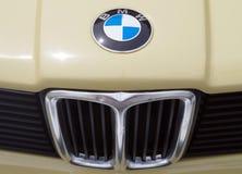 Imagen delantera del coche de BMW, del primer en logotipo y de la parrilla de la plata fotografía de archivo libre de regalías