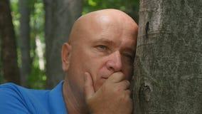 Imagen desesperada del hombre en un bosque de la montaña imagen de archivo libre de regalías