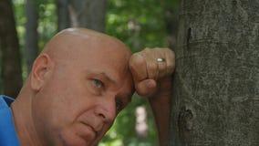 Imagen desesperada del hombre en un bosque de la montaña fotografía de archivo libre de regalías