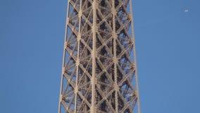 Imagen detallada con la estructura metálica de la torre Eiffel de París almacen de video