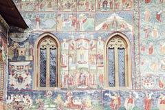 Imagen detallada de la pared y de ventanas pintadas de Sucevita Monaster Fotos de archivo libres de regalías
