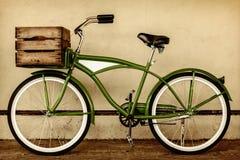 Imagen diseñada retra de la sepia de una bicicleta del vintage con el cajón de madera Foto de archivo libre de regalías