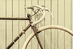 Imagen diseñada retra de una bicicleta que compite con fotos de archivo