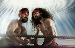 Imagen divertida de dos opositores del antagonista imagen de archivo libre de regalías