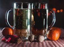 Imagen divertida de dos vidrios de cerveza de champán Imagen de archivo