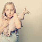 Imagen divertida de la muchacha y de gatos lindos Fotografía de archivo libre de regalías