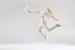 Imagen divertida de la mujer que sostiene un rodillo Fotos de archivo