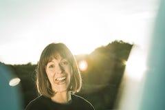 Imagen divertida de una mujer que se pega la lengua hacia fuera Fotografía de archivo libre de regalías