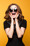 Imagen divertida del primer de la mujer de risa, muchacha adolescente hermosa sonriente loca emocional Imagenes de archivo