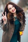 Imagen divertida del primer de la mujer de risa, muchacha adolescente hermosa sonriente loca emocional, modelo emocional en incon Foto de archivo