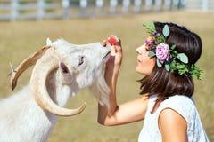 Imagen divertida un granjero hermoso de la chica joven con una guirnalda en ella Foto de archivo