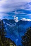 Imagen dramática con el pico de montaña Imagen de archivo