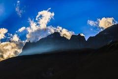 Imagen dramática con el pico de montaña Foto de archivo libre de regalías