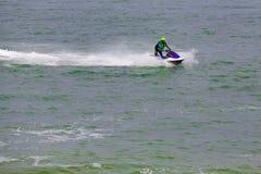 Imagen editorial documental Competidores extremos del atleta en el barco del esquí del jet Fotografía de archivo