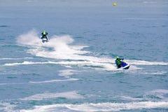 Imagen editorial documental Competidores extremos del atleta en el barco del esquí del jet Imagenes de archivo