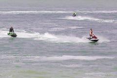 Imagen editorial documental Competidores extremos del atleta en el barco del esquí del jet Fotos de archivo
