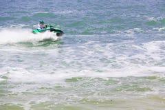 Imagen editorial documental Competidores extremos del atleta en el barco del esquí del jet Foto de archivo