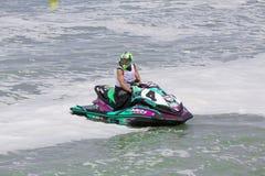 Imagen editorial documental Competidores extremos del atleta en el barco del esquí del jet Imagen de archivo
