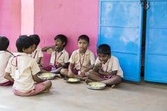 Imagen editorial documental Los niños no identificados almuerzan su en la cantina Foto de archivo