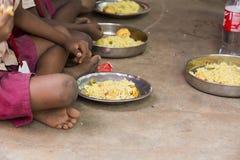 Imagen editorial documental Los niños no identificados almuerzan su en la cantina Imagenes de archivo