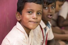 Imagen editorial documental Los niños no identificados almuerzan su en la cantina Fotografía de archivo