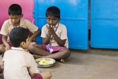 Imagen editorial documental Los niños no identificados almuerzan su en la cantina Foto de archivo libre de regalías
