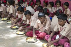 Imagen editorial documental Los niños no identificados almuerzan su en la cantina Fotos de archivo